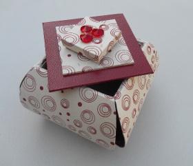 Boîte carrée ouverte dans les angles